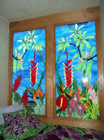 Maui Guest House: Beautiful stainglass in our room!