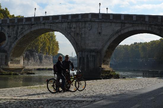 Hotel Santa Maria: Biking down the river to Vatican City
