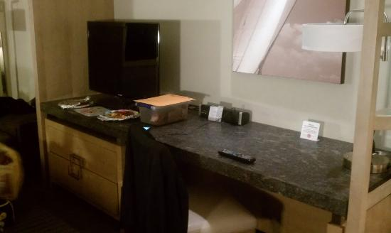 The Hotel at Arundel Preserve: Nice desk/tv across from beds