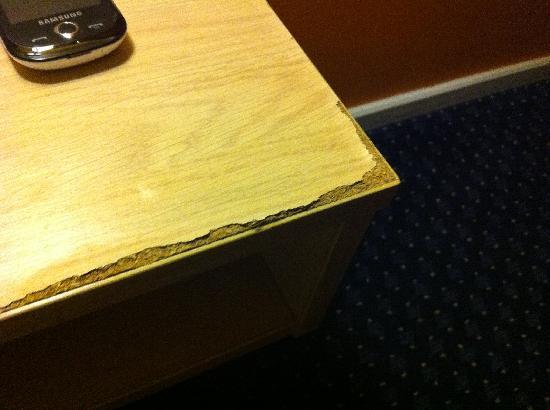 Metro Inns Huddersfield: Sideboard that has seen better days!!!