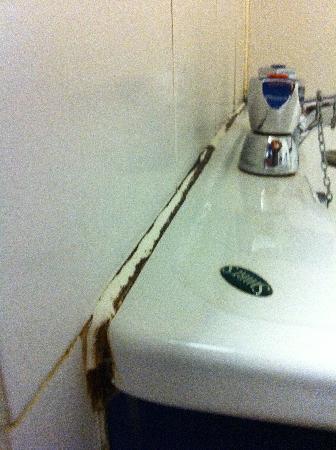 Metro Inns Huddersfield: Mould around taps