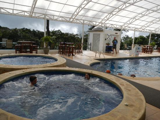 Hotel Mountain Paradise: pool and grounds