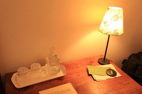 Le Petit Hotel Sumner : desk in room