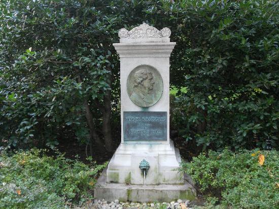 Gramercy Park: small statue of Samuel Ruggles