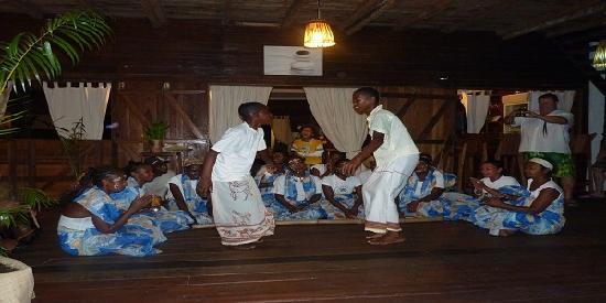 Hotel Eco-Lodge Ravoraha : danseurs au Ravoraha écolodge
