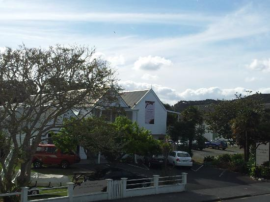Hananui Lodge Motel: Main motel building from the balcony of the one-bedroom unit