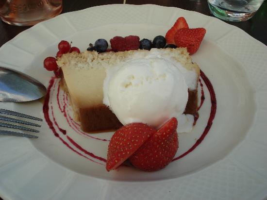 Auberge de la Gare: Panna cotta with kiwi, strawberries and black currant ice cream