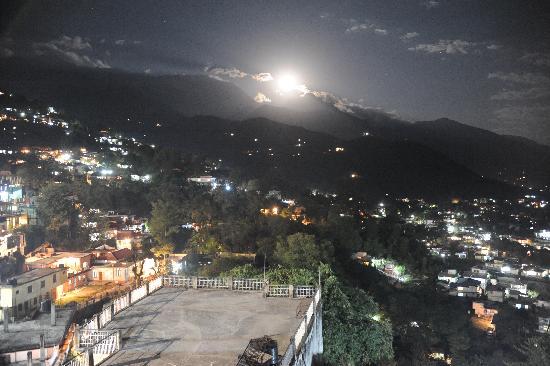 Hotel Misty Woods: Full Moon night at Dharamsala