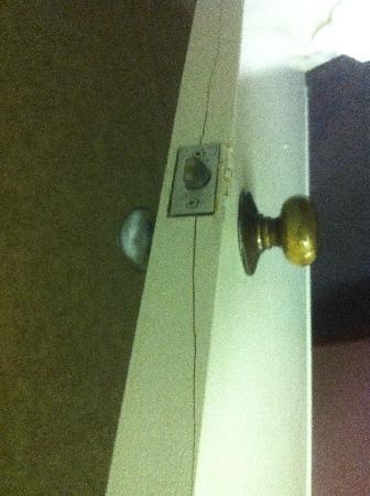 Days Inn Walterboro: Cracked bathroom door