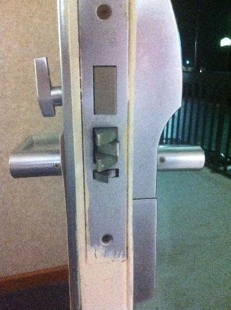 Days Inn Walterboro: Front door lock - screw missing