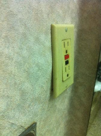 Days Inn Walterboro: Loose/inoperative bathroom electrical outlet