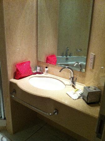 โรงแรมเมอร์เคียวคาร์ดีฟ ฮอลแลนด์เฮ้าส์ แอนด์สปา: Bathroom