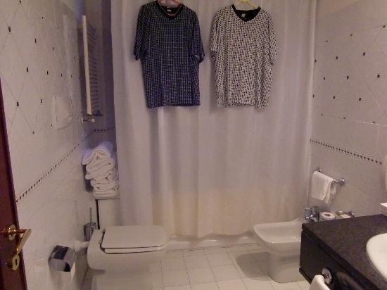 Atlante Garden Hotel: Badezimmer, Wanne Mit Dusche, WC, Bidet