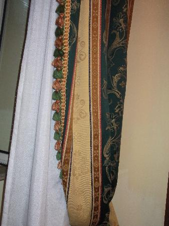 Champagne Palace: Quality drapes/curtains