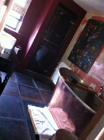 Rough Luxe Hotel : luxe bath