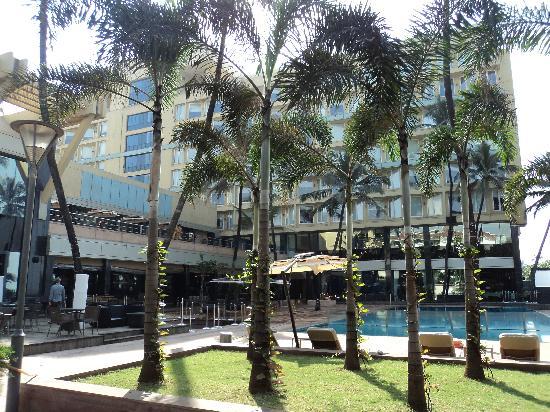 โนโวเทล มุมไบ จูฮู บีช: Outside view of hotel