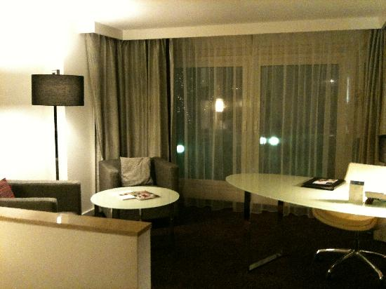 Hilton Vienna Danube Waterfront: Open Space Family bedroom, great working area and nice views