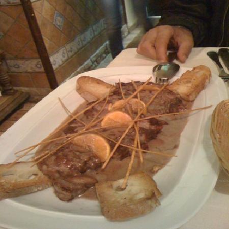 Barletta, Italy: Costata al Barolo e Clementine con crostini croccanti.
