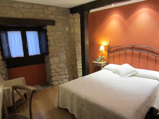 Hotel El Peiron : Bedroom with view over small square