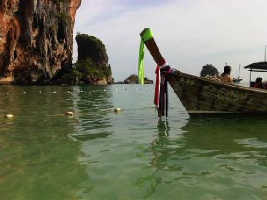 Phra Nang Cave Beach: เรือหัวโทง เป็นสัญลักษณ์ของกระบี่ ทะเลหน้าอ่าวนาง