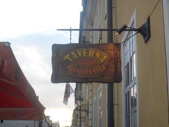 Taverna pie Sena Dzintara Cela: Pancarte indiquant le restaurant