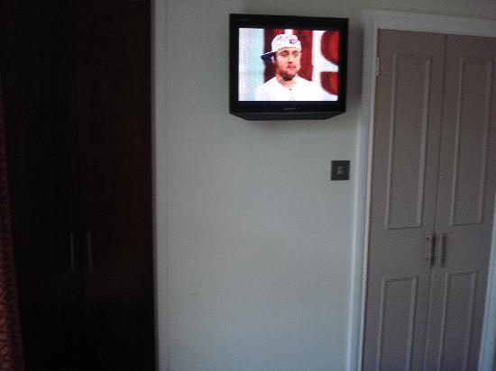 Wedgewood Hotel: televisione e porta del bagno a destra