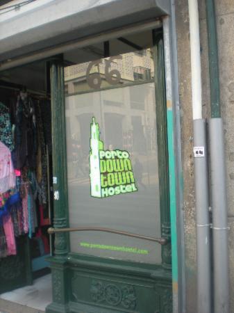 Porto Downtown Hostel: entrada do hostel (o hostel fica nos andares acima de uma loja de produtos de artesanato )