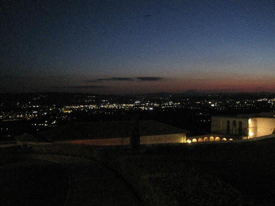 Hotel San Francesco: vista notturna della vallata dall'hotel