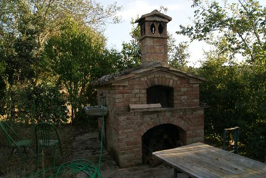 Agriturismo San Gallo: Outdoor fireplace