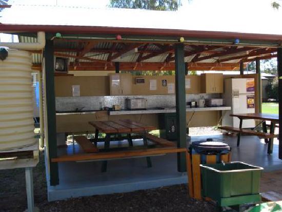Roma Aussie Tourist Park: camp kitchen