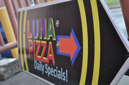 LUNA PIZZA : Try the cheese bread!