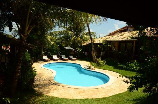 fotos jardins e piscinasPiscina e jardins de dia – Foto de Pousada