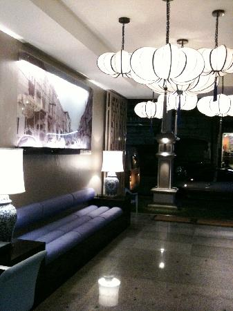 Sino Inn Phuket : Lobby area at night