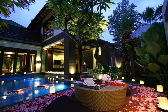 Le Jardin Villas, Seminyak: Candle light dinner atmosphere