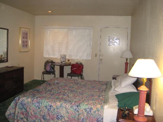 Vintage Lakeside Inn: Room 2 with king bed