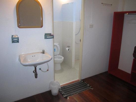 Phuket OldTown Hostel : room & bathroom