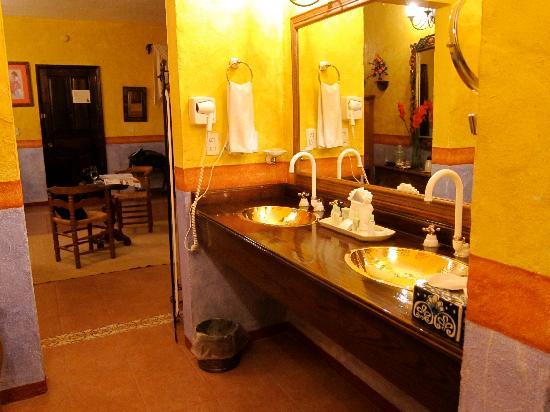 Quinta Las Acacias: b/w the bedroom and bathroom