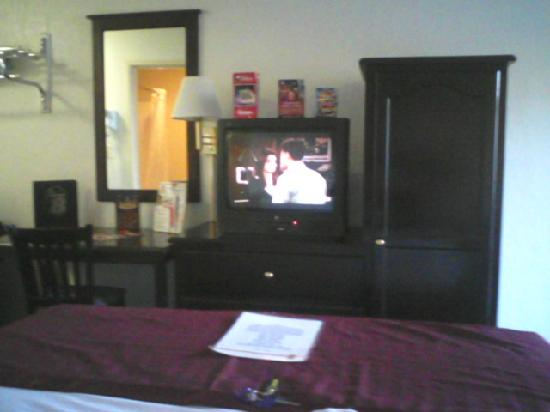 Kings Inn Anaheim: Tv and armoire