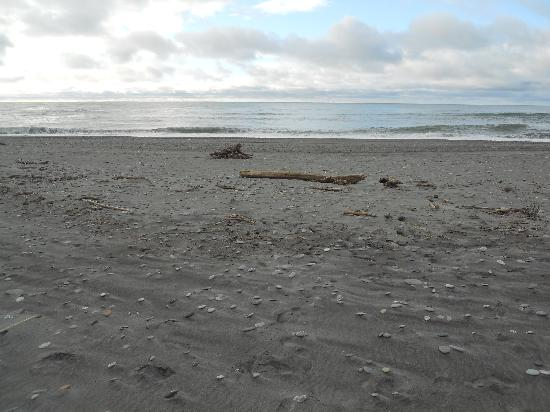 Beachfront Hotel Hokitika: The beautiful black sand beach fronting the hotel.