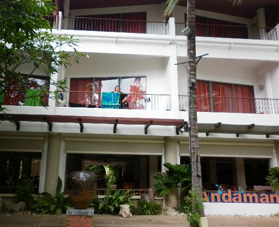 Patong Beach Hotel : View of Siam Wing balcony from courtyard
