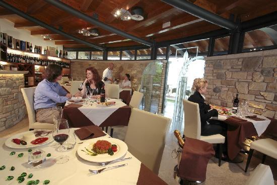 Sala ristorante con cucina a vista foto di ristorante il - Arredare sala con cucina a vista ...