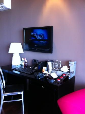 Mantra Samui Resort: Internet, tv & mini bar area in Love room