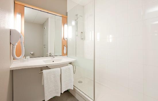 Ibis Charleville Mezieres: La salle de bains ibis est aménagée avec une douche et équipée d'un sèche cheveux.