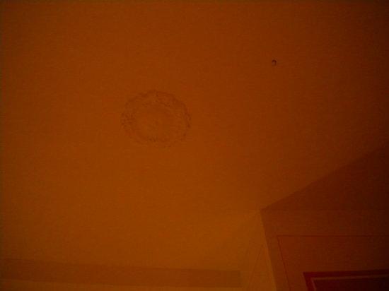 """Abatjour B&B : Il """"buco"""" sul soffitto."""