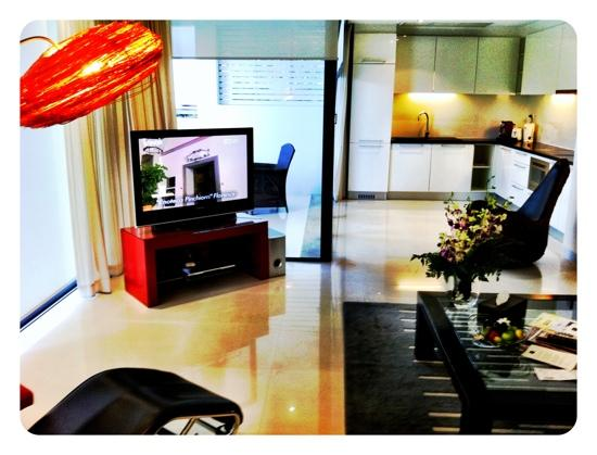 BYD Lofts Boutique Hotel & Serviced Apartments: Lovely living room with beautiful flowers, thanks BYD Lofts