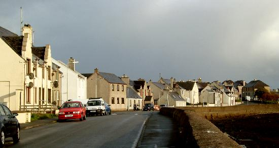 Arnish View B&B: Street view outside Barbara Burns's B&B. Across the street: Stornoway harbour.