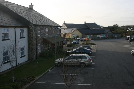 Premier Inn St. Austell Hotel: The hotel car park and Carclaze