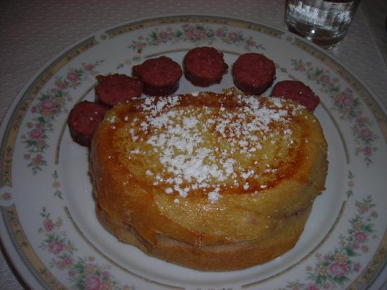 Mount Dora Historic Inn: Strawberry and Ricotta filled French Toast