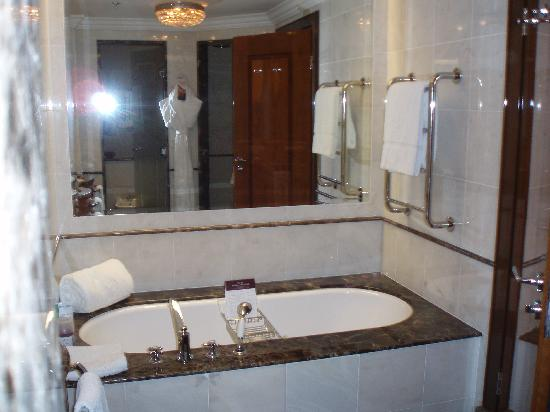 The Ritz-Carlton, Moscow: bathroom2