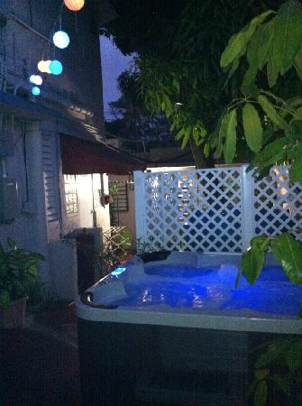 Coqui del Mar Guest House: Jacuzzi at night